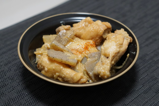 鳥手羽元の味噌煮。どて煮風